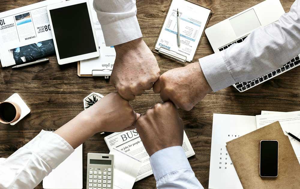 Business Partner strecken Hände zueinander für Geschäftsabschluss
