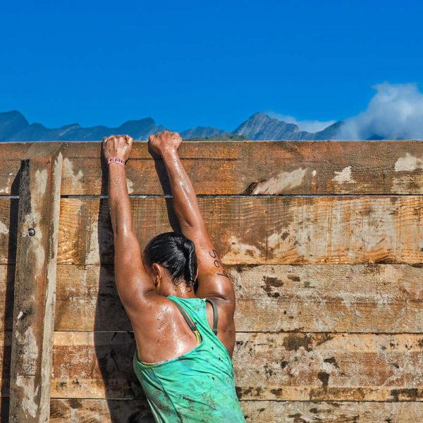 Frau kleckert über Hinderniswand