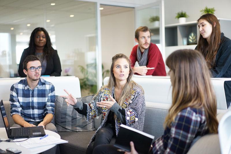 Junge Menschen im Meeting in einem Büro